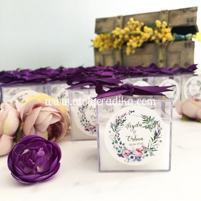 Pleksi Kutuda Çiçek Çelenk Desenli Mum